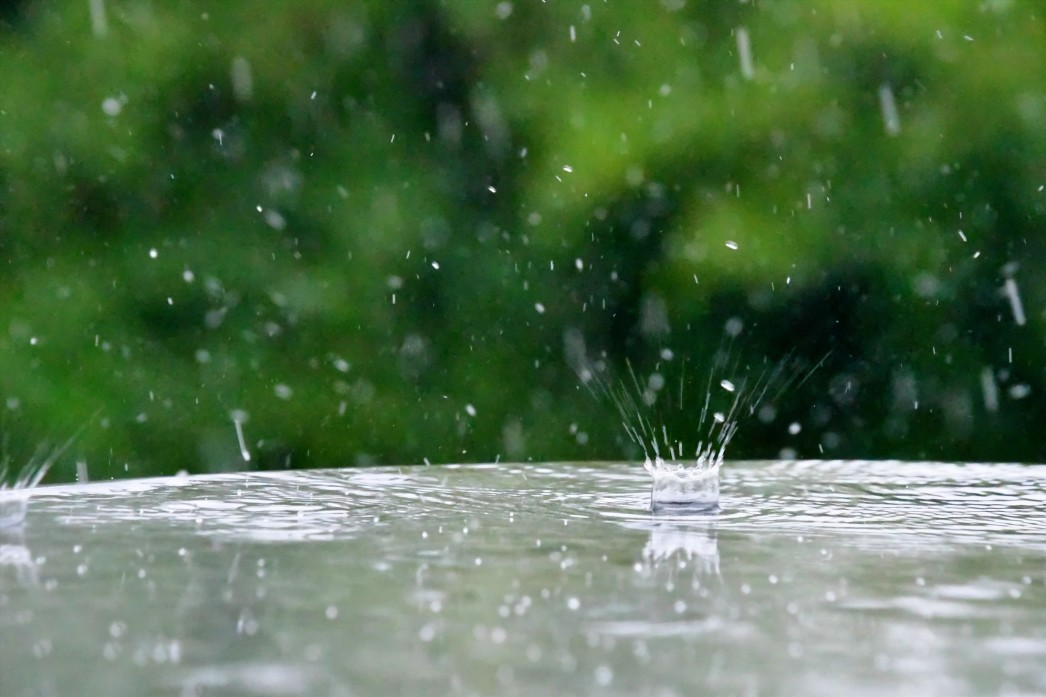 rain-splashing-on-a-glass-table-during-a-summer-thunderstorm-copy-space-background-soothing-fresh_t20_1b1k69